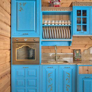 モスクワのカントリー風おしゃれなキッチン (アンダーカウンターシンク、レイズドパネル扉のキャビネット、青いキャビネット、マルチカラーの床、ベージュのキッチンカウンター) の写真