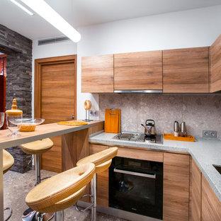 На фото: п-образные кухни-гостиные в современном стиле с двойной раковиной, плоскими фасадами, фасадами цвета дерева среднего тона, серым фартуком, черной техникой, полуостровом и серым полом