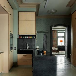 Неиссякаемый источник вдохновения для домашнего уюта: угловая кухня в современном стиле с врезной раковиной, плоскими фасадами, бежевыми фасадами, черным фартуком, фартуком из плитки мозаики, полуостровом, черной столешницей и серым полом