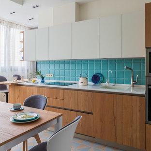 Свежая идея для дизайна: отдельная, угловая кухня в скандинавском стиле с плоскими фасадами, фасадами цвета дерева среднего тона, фартуком из плитки кабанчик, разноцветным полом и белой столешницей без острова - отличное фото интерьера
