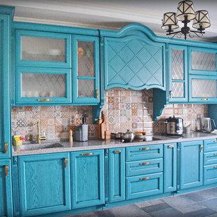 モスクワの大きいエクレクティックスタイルのおしゃれなキッチン (一体型シンク、レイズドパネル扉のキャビネット、ターコイズのキャビネット、人工大理石カウンター、マルチカラーのキッチンパネル、セラミックタイルのキッチンパネル、黒い調理設備、磁器タイルの床、アイランドなし、グレーの床、グレーのキッチンカウンター) の写真