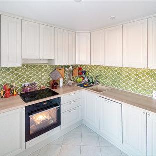 Благородный оливковый фартук на белой кухне