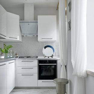 Свежая идея для дизайна: маленькая угловая кухня в современном стиле с плоскими фасадами и белыми фасадами - отличное фото интерьера