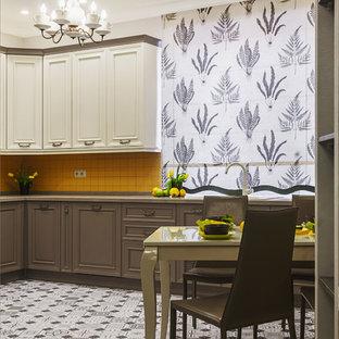 Неиссякаемый источник вдохновения для домашнего уюта: кухня в классическом стиле с обеденным столом и оранжевым фартуком без острова