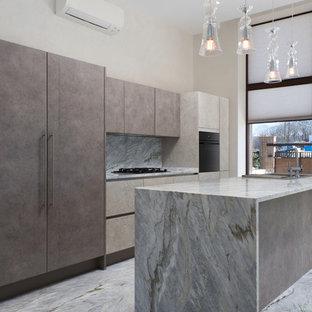 На фото: линейные кухни-гостиные в современном стиле с накладной раковиной, плоскими фасадами, серым фартуком, черной техникой, серым полом и серой столешницей