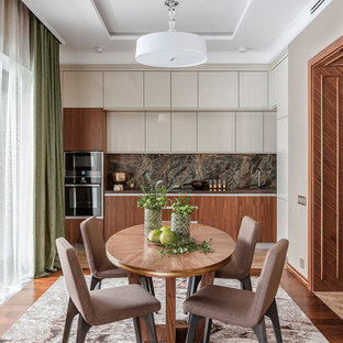 モスクワのコンテンポラリースタイルのおしゃれなキッチン (フラットパネル扉のキャビネット、中間色木目調キャビネット、黒い調理設備、濃色無垢フローリング、茶色い床、茶色いキッチンパネル、大理石の床、アイランドなし) の写真