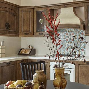 Пример оригинального дизайна интерьера: параллельная кухня среднего размера в стиле кантри с фасадами с выступающей филенкой, фасадами цвета дерева среднего тона, белым фартуком, белой техникой, монолитной раковиной, столешницей из акрилового камня, фартуком из каменной плиты, полом из керамической плитки и бежевым полом без острова