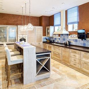 モスクワの広いインダストリアルスタイルのおしゃれなキッチン (ドロップインシンク、落し込みパネル扉のキャビネット、中間色木目調キャビネット、御影石カウンター、マルチカラーのキッチンパネル、セラミックタイルのキッチンパネル、白い調理設備、セラミックタイルの床、ベージュの床) の写真