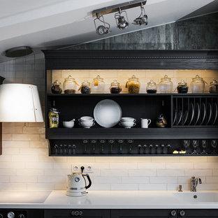 Идея дизайна: кухня в классическом стиле с черными фасадами, белым фартуком, открытыми фасадами, фартуком из плитки кабанчик и белой столешницей