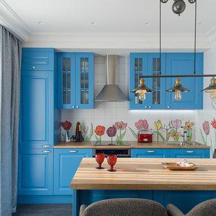 Foto di una cucina scandinava con ante blu, top in laminato, parquet scuro, isola, elettrodomestici in acciaio inossidabile, pavimento nero, lavello da incasso, ante con bugna sagomata e paraspruzzi multicolore