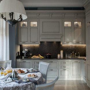 Новый формат декора квартиры: отдельная, угловая кухня в классическом стиле с накладной раковиной, фасадами с утопленной филенкой, белыми фасадами, черным фартуком и бежевым полом без острова