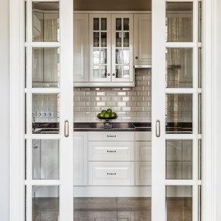 Ejemplo de cocina en L, clásica, pequeña, cerrada, sin isla, con armarios con paneles con relieve, puertas de armario blancas, encimera de cuarzo compacto, salpicadero de azulejos de cerámica, suelo de baldosas de porcelana, salpicadero blanco y suelo beige