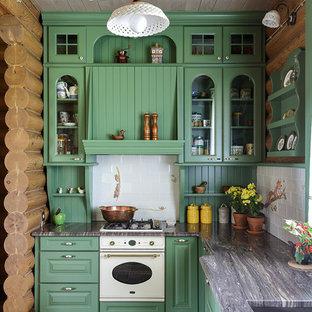 Неиссякаемый источник вдохновения для домашнего уюта: угловая кухня в стиле рустика с врезной раковиной, стеклянными фасадами, зелеными фасадами, белым фартуком, белой техникой, разноцветным полом и серой столешницей