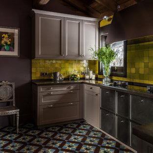 Klassische Küche ohne Insel in U-Form mit Einbauwaschbecken, Schrankfronten mit vertiefter Füllung, grauen Schränken, Küchenrückwand in Gelb und buntem Boden in Moskau