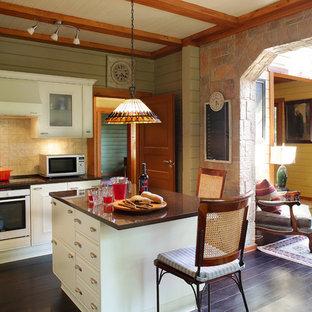 Неиссякаемый источник вдохновения для домашнего уюта: большая угловая кухня-гостиная в стиле кантри с фасадами с выступающей филенкой, белыми фасадами, столешницей из кварцита, бежевым фартуком, фартуком из керамической плитки, темным паркетным полом, островом, коричневым полом и белой техникой