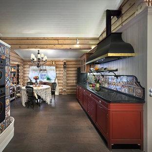 Idéer för lantliga linjära kök med öppen planlösning, med röda skåp, flerfärgad stänkskydd, stänkskydd i keramik och svarta vitvaror