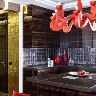 На фото: угловая кухня-гостиная в современном стиле с плоскими фасадами, темными деревянными фасадами, серым фартуком, островом и коричневым полом с