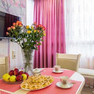 Mittelgroße Klassische Wohnküche in L-Form mit Einbauwaschbecken, Kassettenfronten, beigen Schränken, Laminat-Arbeitsplatte, Küchenrückwand in Beige, Rückwand aus Mosaikfliesen, bunten Elektrogeräten, Porzellan-Bodenfliesen, beigem Boden und brauner Arbeitsplatte in Sankt Petersburg
