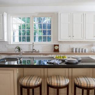 Неиссякаемый источник вдохновения для домашнего уюта: кухня в классическом стиле с врезной раковиной, фасадами с декоративным кантом, белыми фасадами, белым фартуком, фартуком из плитки кабанчик, паркетным полом среднего тона, островом и бежевой столешницей
