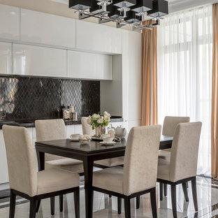Свежая идея для дизайна: линейная кухня-гостиная среднего размера в стиле современная классика с плоскими фасадами, белыми фасадами, мраморной столешницей, черным фартуком, фартуком из мрамора, полом из керамогранита, черным полом и черной столешницей без острова - отличное фото интерьера