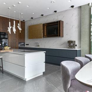 На фото: большая параллельная кухня в современном стиле с обеденным столом, черным фартуком, фартуком из керамогранитной плитки, полом из керамогранита, островом, серым полом, белой столешницей и многоуровневым потолком с