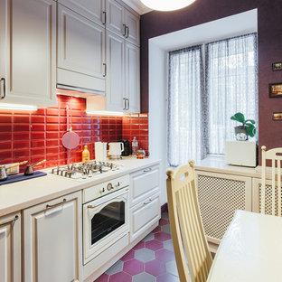 モスクワの小さいトランジショナルスタイルのおしゃれなキッチン (一体型シンク、落し込みパネル扉のキャビネット、ベージュのキャビネット、人工大理石カウンター、赤いキッチンパネル、サブウェイタイルのキッチンパネル、白い調理設備、磁器タイルの床、アイランドなし、赤い床、ベージュのキッチンカウンター) の写真