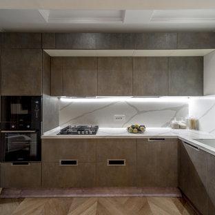 Réalisation d'une cuisine design en L fermée et de taille moyenne avec un placard à porte plane, des portes de placard grises, une crédence grise, un électroménager encastrable, aucun îlot, un sol marron, un plan de travail gris et un plafond à caissons.