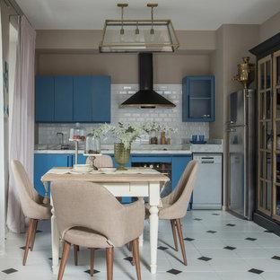 Новые идеи обустройства дома: линейная кухня в современном стиле с плоскими фасадами, синими фасадами, белым фартуком, фартуком из плитки кабанчик, черной техникой, белым полом и белой столешницей без острова