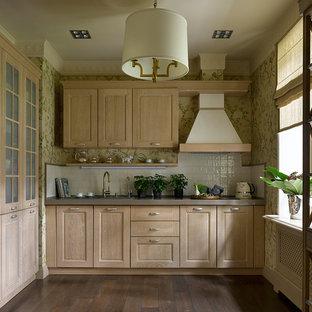 На фото: угловые кухни в стиле современная классика с накладной раковиной, фасадами в стиле шейкер, светлыми деревянными фасадами, белым фартуком, коричневым полом и серой столешницей без острова