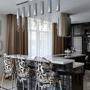Свежая идея для дизайна: кухня в стиле современная классика с черными фасадами и островом - отличное фото интерьера