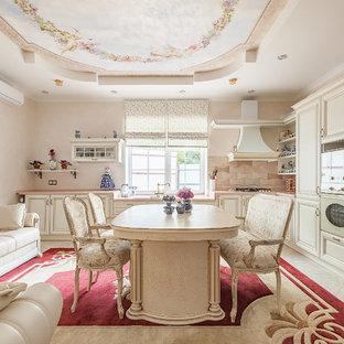 Удачное сочетание для дизайна помещения: п-образная кухня-гостиная среднего размера в классическом стиле с двойной раковиной, коричневым фартуком, полом из керамогранита, фасадами с выступающей филенкой, белыми фасадами и белой техникой без острова - самое интересное для вас
