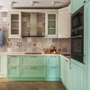 Пример оригинального дизайна: кухня-гостиная в стиле современная классика с врезной раковиной, фасадами с утопленной филенкой, зелеными фасадами, бежевым фартуком, техникой из нержавеющей стали, коричневым полом и паркетным полом среднего тона без острова