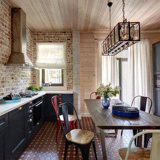 Idee per una cucina country con ante in stile shaker, ante nere, paraspruzzi marrone, paraspruzzi in mattoni, elettrodomestici neri, nessuna isola e pavimento marrone