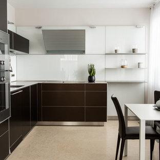 На фото: большая угловая кухня в современном стиле с обеденным столом, плоскими фасадами, техникой из нержавеющей стали, мраморным полом, бежевым полом, врезной раковиной, коричневыми фасадами и белым фартуком с