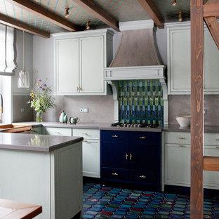 На фото: п-образная кухня в стиле кантри с фасадами с утопленной филенкой, полуостровом, синим полом и серой столешницей