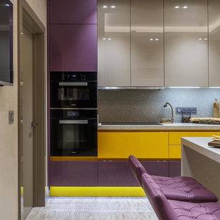 モスクワの大きいエクレクティックスタイルのおしゃれなダイニングキッチン (アンダーカウンターシンク、フラットパネル扉のキャビネット、紫のキャビネット、クオーツストーンカウンター、ベージュキッチンパネル、磁器タイルの床、アイランドなし、ベージュの床、黒い調理設備、ベージュのキッチンカウンター) の写真