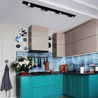 На фото: со средним бюджетом угловые, отдельные кухни среднего размера в стиле современная классика с фасадами с утопленной филенкой, синим фартуком, двойной раковиной, бирюзовыми фасадами, столешницей из акрилового камня, фартуком из керамической плитки, полом из керамической плитки, серым полом и серой столешницей без острова