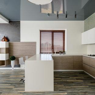 Свежая идея для дизайна: большая п-образная кухня в современном стиле с плоскими фасадами, черной техникой и белым фартуком - отличное фото интерьера