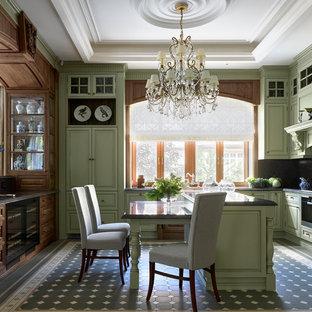 Новый формат декора квартиры: кухня в классическом стиле с фасадами с выступающей филенкой, зелеными фасадами, техникой из нержавеющей стали, островом и серой столешницей