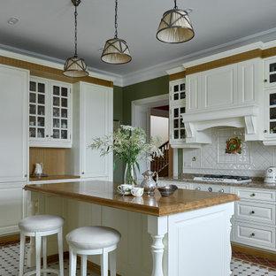 Свежая идея для дизайна: отдельная, угловая кухня среднего размера в классическом стиле с белыми фасадами, столешницей из кварцита, белым фартуком, фартуком из керамической плитки, белой техникой, полом из керамической плитки, островом, разноцветным полом, коричневой столешницей и фасадами в стиле шейкер - отличное фото интерьера