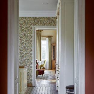 モスクワの中くらいのトラディショナルスタイルのおしゃれなキッチン (シェーカースタイル扉のキャビネット、白いキャビネット、珪岩カウンター、白いキッチンパネル、セラミックタイルのキッチンパネル、白い調理設備、セラミックタイルの床、赤い床、ベージュのキッチンカウンター) の写真