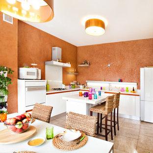 モスクワの小さい地中海スタイルのおしゃれなキッチン (シングルシンク、フラットパネル扉のキャビネット、白いキャビネット、オレンジのキッチンパネル、テラコッタタイルの床) の写真