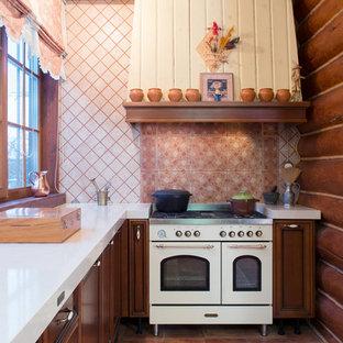 Неиссякаемый источник вдохновения для домашнего уюта: угловая кухня в стиле рустика с фасадами с утопленной филенкой, темными деревянными фасадами, разноцветным фартуком, белой техникой, разноцветным полом и белой столешницей