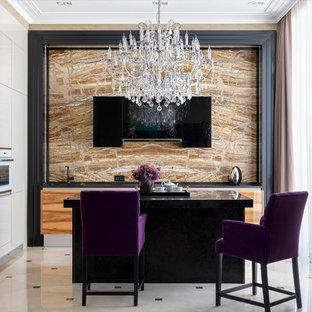 Идея дизайна: кухня среднего размера в современном стиле с плоскими фасадами, мраморной столешницей, коричневым фартуком, фартуком из мрамора, белой техникой, островом, черной столешницей, накладной раковиной, фасадами цвета дерева среднего тона и белым полом в частном доме