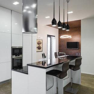 Создайте стильный интерьер: большая параллельная кухня в современном стиле с обеденным столом, плоскими фасадами, белыми фасадами, техникой из нержавеющей стали и островом - последний тренд