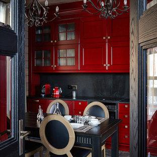 Ispirazione per una cucina contemporanea con ante con riquadro incassato, ante rosse, paraspruzzi nero, elettrodomestici neri, pavimento nero e top nero
