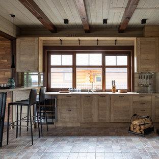 モスクワのカントリー風おしゃれなペニンシュラキッチン (シェーカースタイル扉のキャビネット、淡色木目調キャビネット、マルチカラーの床、ベージュのキッチンカウンター、ドロップインシンク、ガラスまたは窓のキッチンパネル) の写真