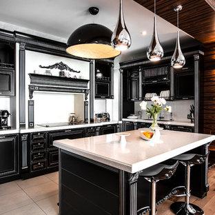 Неиссякаемый источник вдохновения для домашнего уюта: угловая кухня-гостиная в стиле современная классика с врезной раковиной, фасадами с выступающей филенкой, черными фасадами, белым фартуком и островом