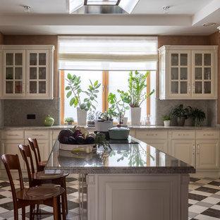 Стильный дизайн: большая отдельная, угловая кухня в стиле современная классика с гранитной столешницей, серым фартуком, фартуком из мрамора, полом из керамогранита, островом, разноцветным полом, накладной раковиной, фасадами с выступающей филенкой, серой столешницей, бежевыми фасадами и техникой под мебельный фасад - последний тренд