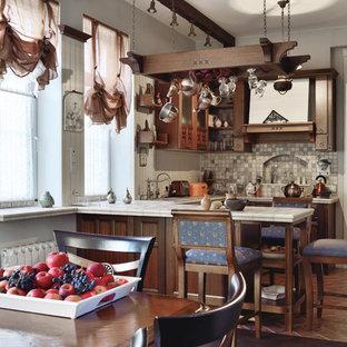 Свежая идея для дизайна: п-образная кухня в стиле кантри с столешницей из плитки, полуостровом, коричневым полом, белой столешницей, обеденным столом, темными деревянными фасадами, разноцветным фартуком и фартуком из плитки мозаики - отличное фото интерьера